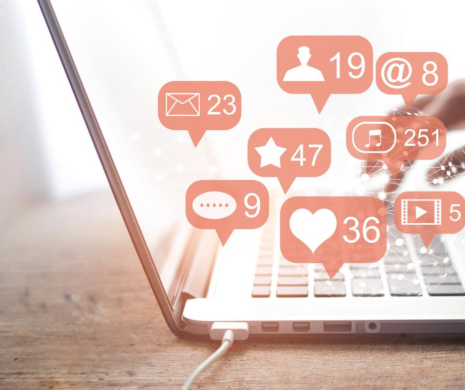 mesa de trabajo con ordenador e iconos de redes sociales
